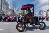 Retro car of 19 century participates in parade — Fotografia Stock