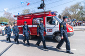 Employees and car of fire department on parade — Stock Photo