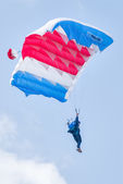 Paratrooper woman descends — Stock Photo