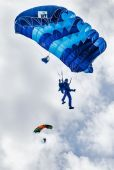 Paratrooper man descends — Stockfoto