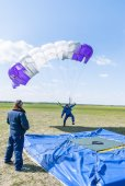 Parachutist missed by landing point — Stock Photo