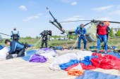 Preparations of parachutists for a new jump — Stock Photo