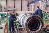 Workers assemble turbine of aviation engine — Stock Photo