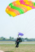 Parachute jump in tandem — Stock Photo