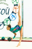 Young beautiful girl shows exercise with ball — Stock Photo