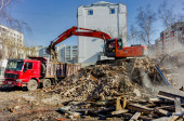 Excavator loads garbage from demolished house — Stock Photo