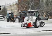 Tractors with snowplowing equipment on streets — Stockfoto