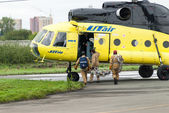 Rescuers load into helicopter MI-8 — Stock Photo