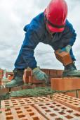 Pedreiro de trabalhador de pedreiro de construção durante o trabalho — Fotografia Stock