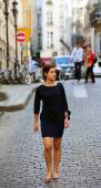 Girl walking on the old town street in Paris , France — Foto Stock