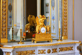 Antique clock with figurine of angel in vintage interior. — 图库照片