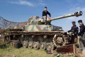Tank and soldiers — Stock Photo