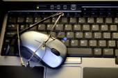 Computer mouse with glasses on keyboard — Foto de Stock
