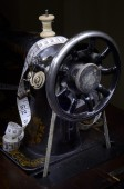 Retro sewing mashine from pulley side — Stockfoto