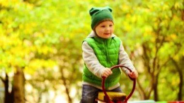 Szczęśliwy chłopiec na huśtawce — Wideo stockowe