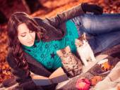 Brunet reading book to a cats — Photo