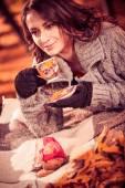 žena pití čaje venkovní — Stock fotografie