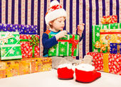 Boy with colorful gift box — Stockfoto