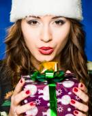 Girl with present on a blue background — ストック写真