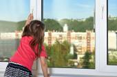 The child at the window — Stock Photo