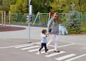 Mom teaches son to cross the road properly — Stock Photo