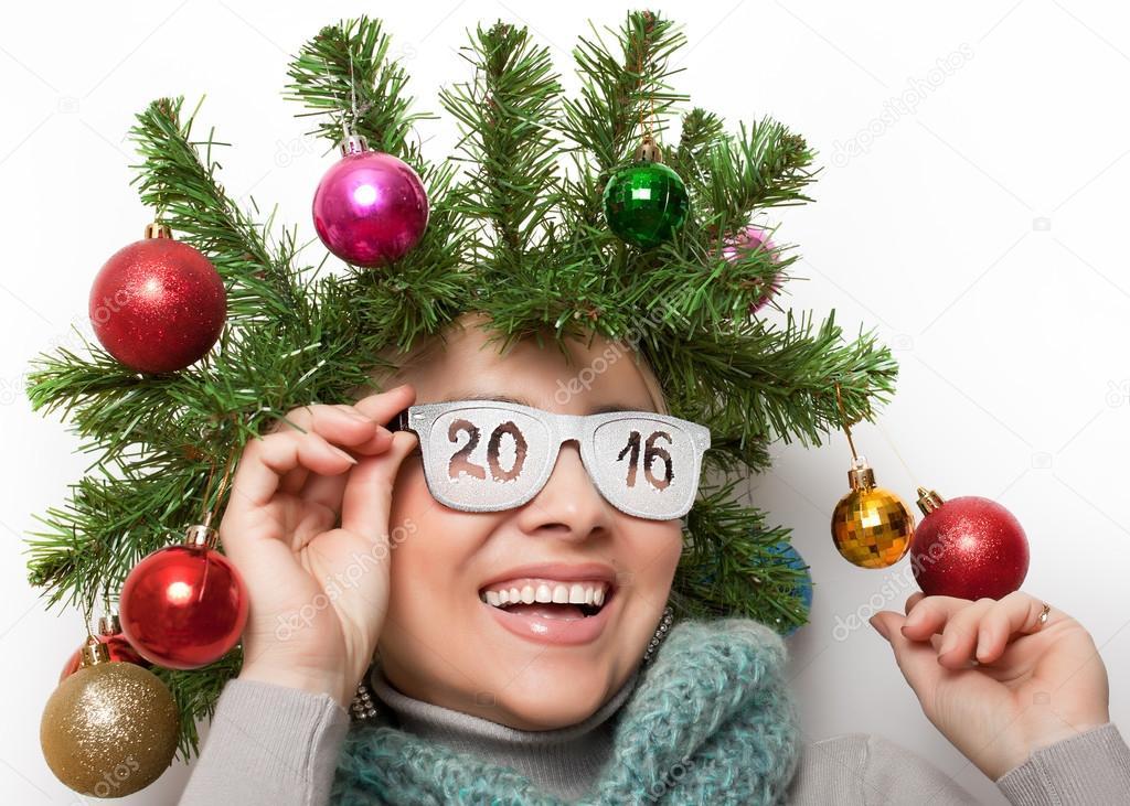 Femme heureuse avec une couronne de larbre de Noël sur ses lunettes ...