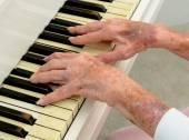 Senior woman Pays Piano — Foto Stock