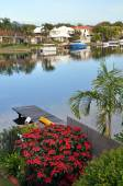 Noosa Waters Houses, Canal, Boats, Jetty & Flowers, Queensland A — Stock Photo