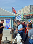 Tourists Eat Jellied Eel on Beach in Brighton. — 图库照片
