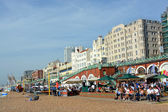 A Busy Sunday Lunchtime on Brighton Beach.  — Stock Photo