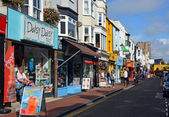 Tourists shopping in the famous Brighton North Laines. — Stock Photo