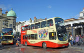 Tourists taking a Double Decker Bus From Brighton Station, UK. — Foto de Stock