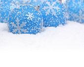 Bolas Navidad azules en la nieve — Foto de Stock