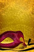 Maschera di Carnevale d'epoca a sfondo dorato con lo spazio della copia — Foto Stock