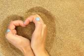Hands hugging the sand in shape of heart — 图库照片
