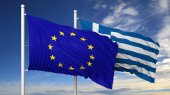 Waving flags of EU and Greece on flagpole, on blue sky background. — Stock Photo