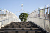 Ha'Penny Bridge and the River Liffey, Dublin — Stock Photo