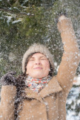 Woman having fun in winter park — Stock Photo