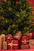 Julgran med gåvor — Stockfoto