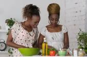 İki Afrikalı kadınlar yemek salata — Stok fotoğraf