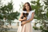 Kadın holding küçük köpek — Stok fotoğraf