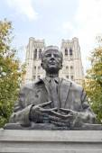 King Baudouin Statue in front of St. Michael and St. Gudula Cath — Stock Photo