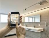 Smarthphone with man hand taking picture in luxury Bathroom — Fotografia Stock