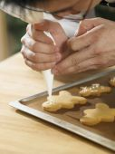 Chef decorating cookies — Stock Photo