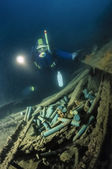 Diver and cannon bullets in a sunken ship in Adriatic Sea — Stockfoto