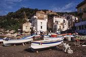 Ahşap balıkçı tekneleri sahilde karaya — Stok fotoğraf