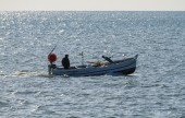 Fisherman on his wooden fishing boat — Stockfoto