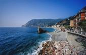 Le Cinque Terre, people on the beach — Stock Photo