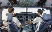 Два пилота в кабине — Стоковое фото