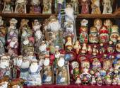 Russian statues and matrioskas in a local market — Stock Photo